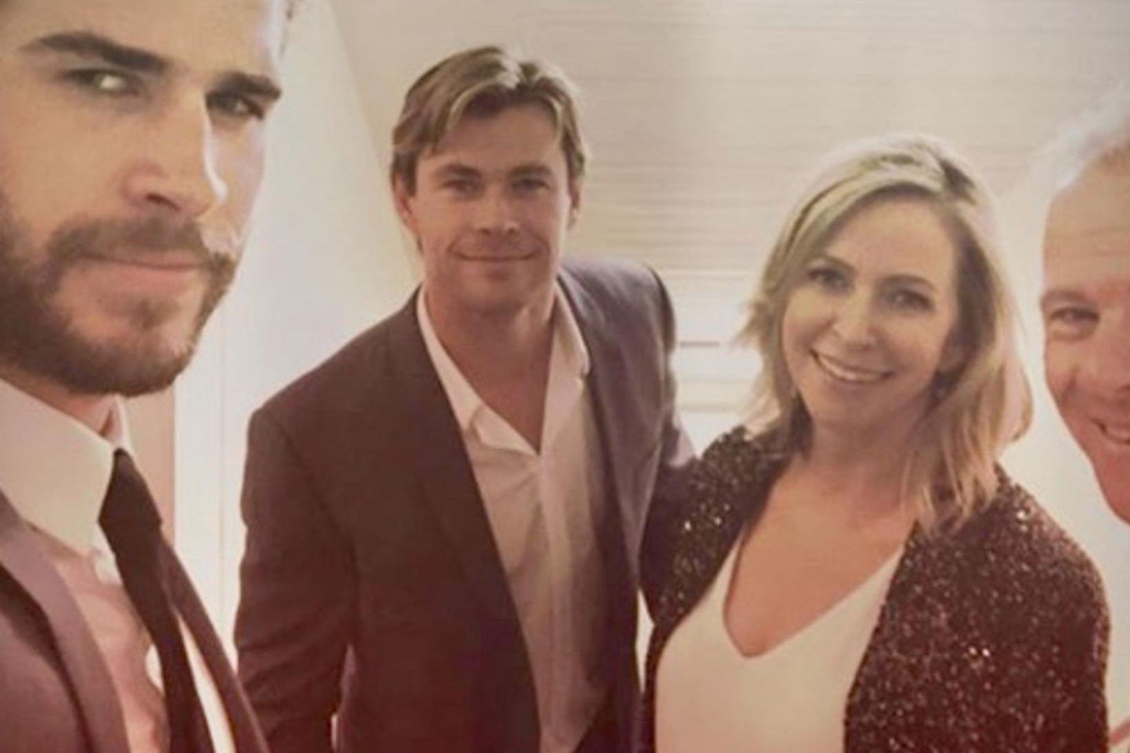 Hemsworth bræðurnir eiga unglega mömmu.