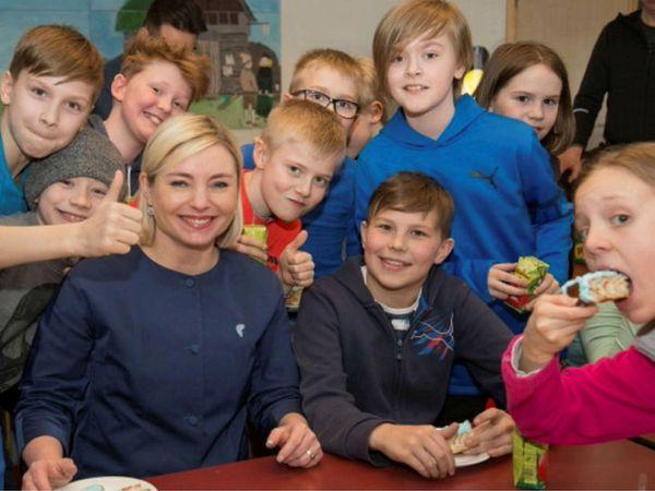 Lilja Alfreðsdóttir surrounded by Icelandic children at the launch of the latest version of Icelandic Online.