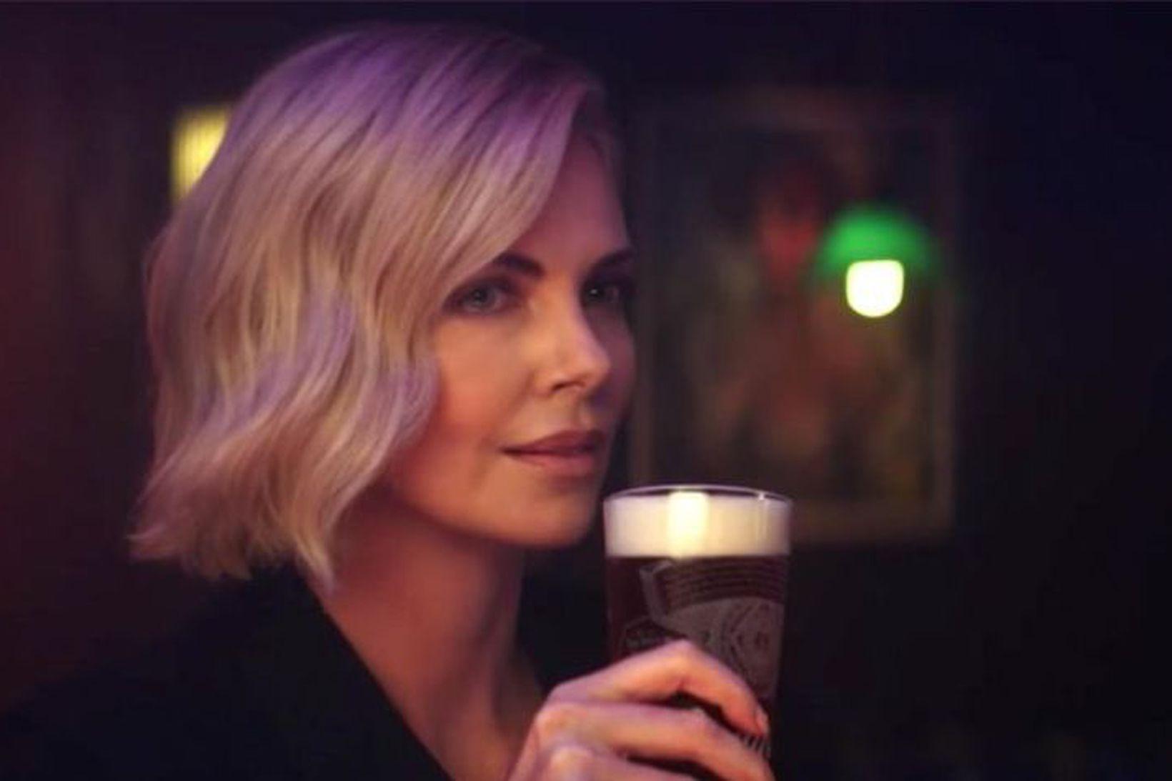 Charlize Theron fer með aðalhlutverkið í nýrri Budweiser-auglýsingu.