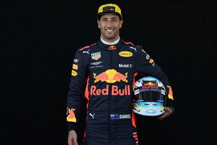 Daniel Ricciardo hjá Red Bull með hjálm sinn í Melbourne.