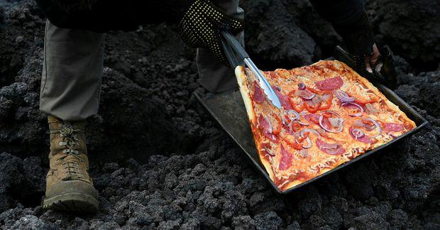 Hraunbökuð pizza þykir víst lostæti