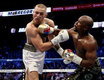 Floyd Mayweather lætur höggin dynja á Conor McGregor í risabardaga þeirra félaga í Las Vegas ...