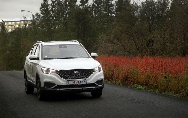 MG ZS EV er smart að utan og rúmgóður að innan og er lúxusútgáfan hlaðin …