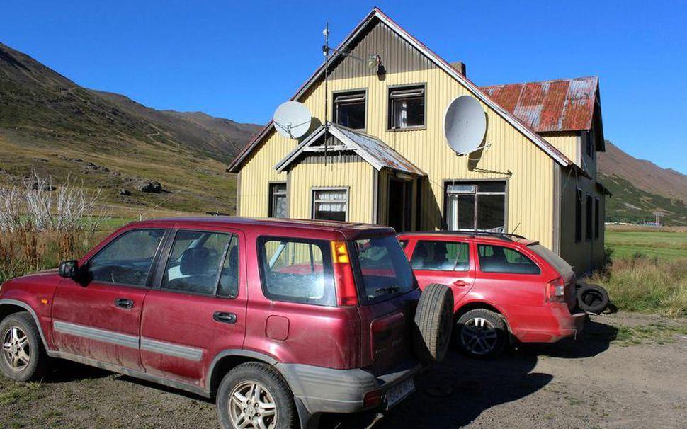 Íbúðarhúsið í Gufudal og gervihnattadiskarnir á suðurhlið þess.