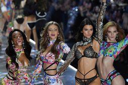 Winnie Harlow, Gigi Hadid, Kendall Jenner og Alexina Graham á tískupalli Victoria's Secret árið 2018.