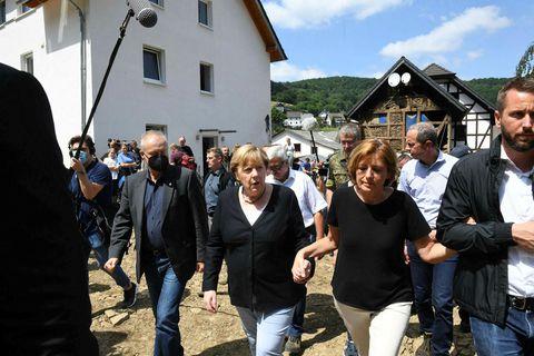Angela Merkel, kanslari Þýskalands og Malu Dreyer, ráðherra Rínarlands ganga hönd í höfd um hamfarasvæði …