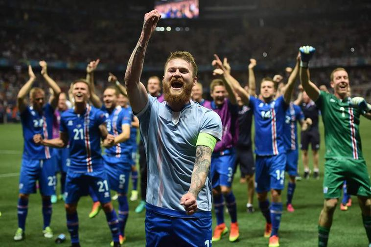 Captain Aron Einar Gunnarsson and teammates.