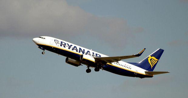 Forsvarsmenn Ryanair segjast ekki ætla að hætta að rukka fyrir handfarangur.