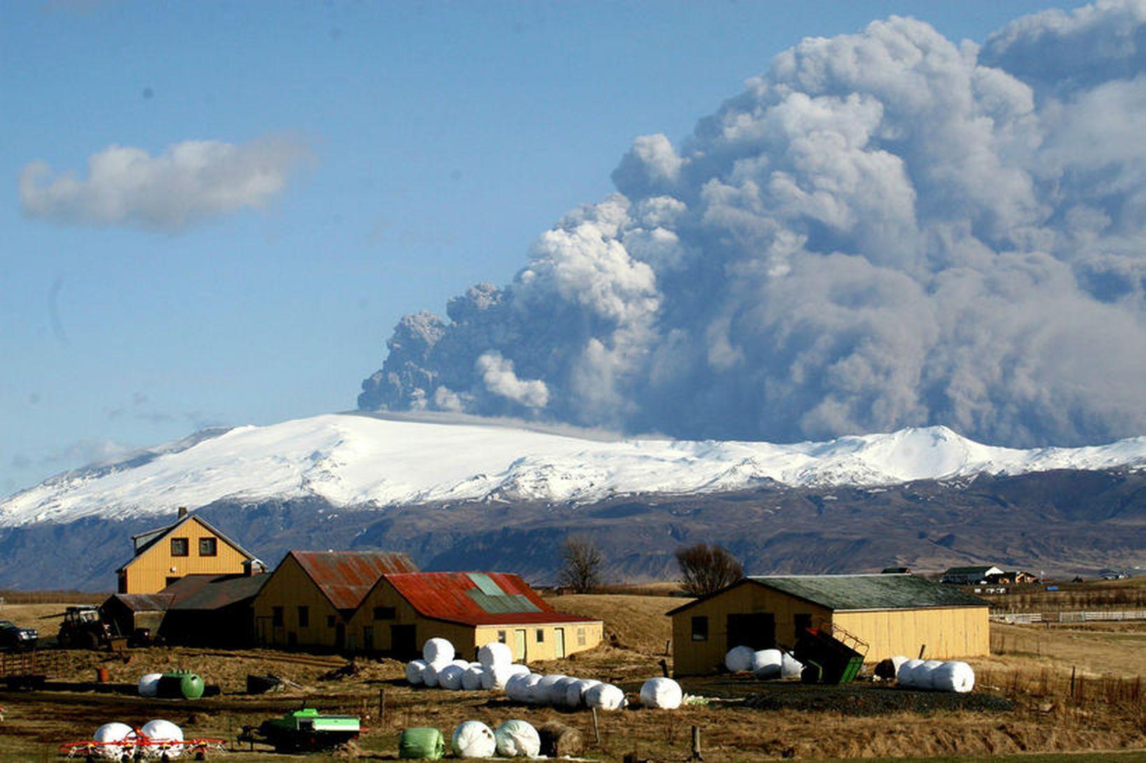 Í Eyjafjallagosinu árið 2010. Veðurstofa Íslands gegnir yfirgripsmiklu eftirlitshlutverki með …