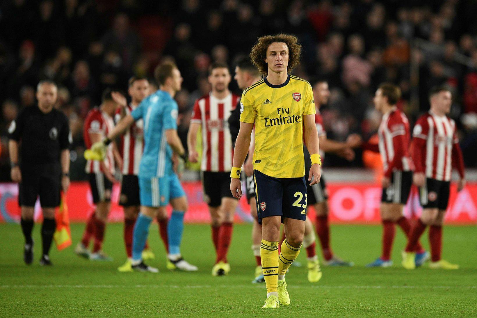 David Luiz gengur niðurlútur af velli eftir tapið gegn Sheffield …