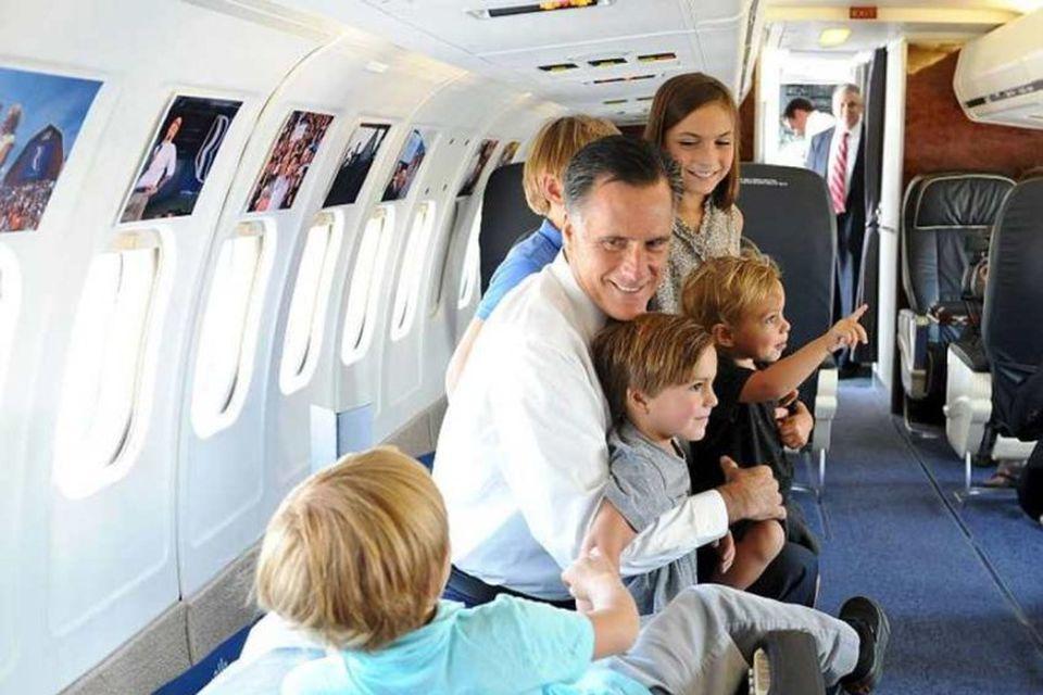 Mitt Romney leikur við fimm börn sonar síns Josh um borð í flugvél sinni. Ein …