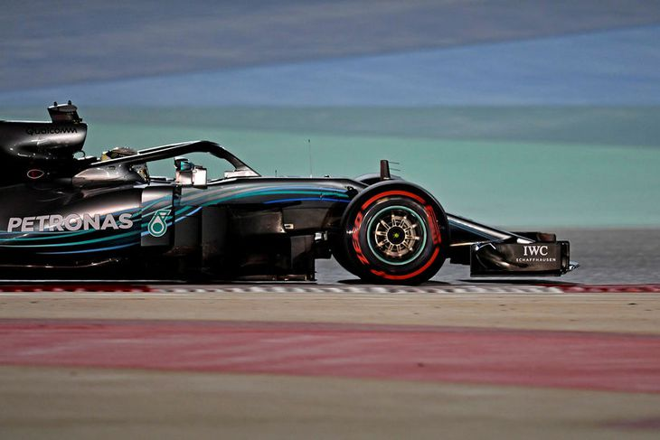 Lewis Hamilton á ferð á seinni æfingu gærdagsins í Barein.