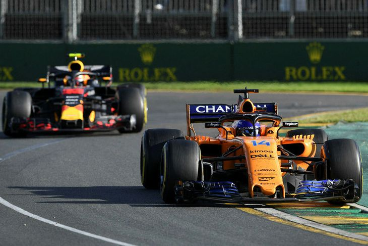 Fernando Alonso (t.h.) kominn fram úr Max Verstappen og hélt honum síðan aftan við sig ...