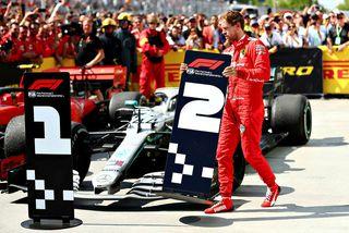 Sebastian Vettel færir merki númer 2 að Mercedesbíl Hamiltons. Tók hann svo skilti númer 1 ...