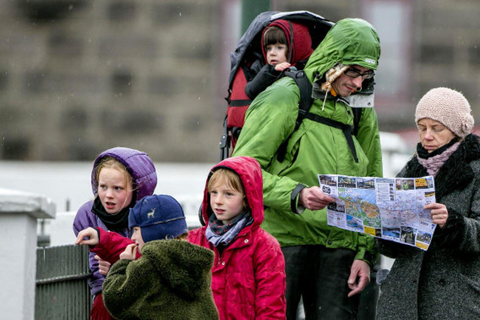 Ferðamenn neyðast til þess að abóka ferðir sínar til Íslands.