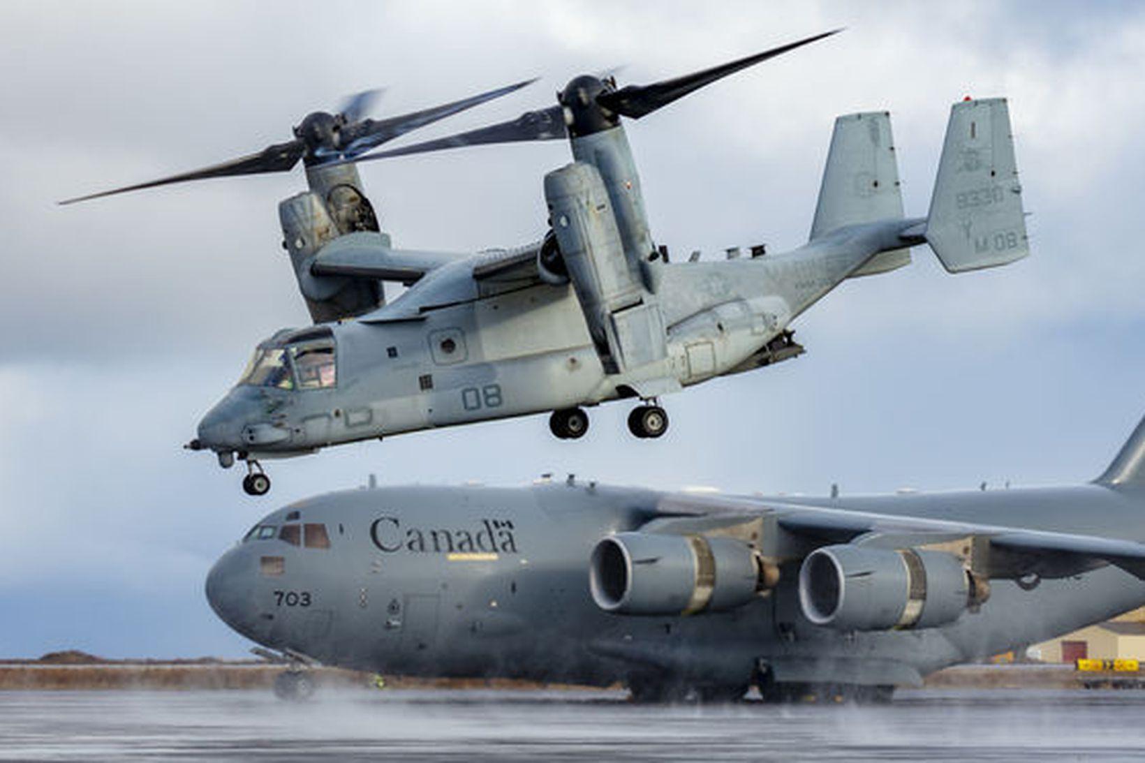 MV-22 Osprey sést hér í forgrunni. Myndin er tekin á …