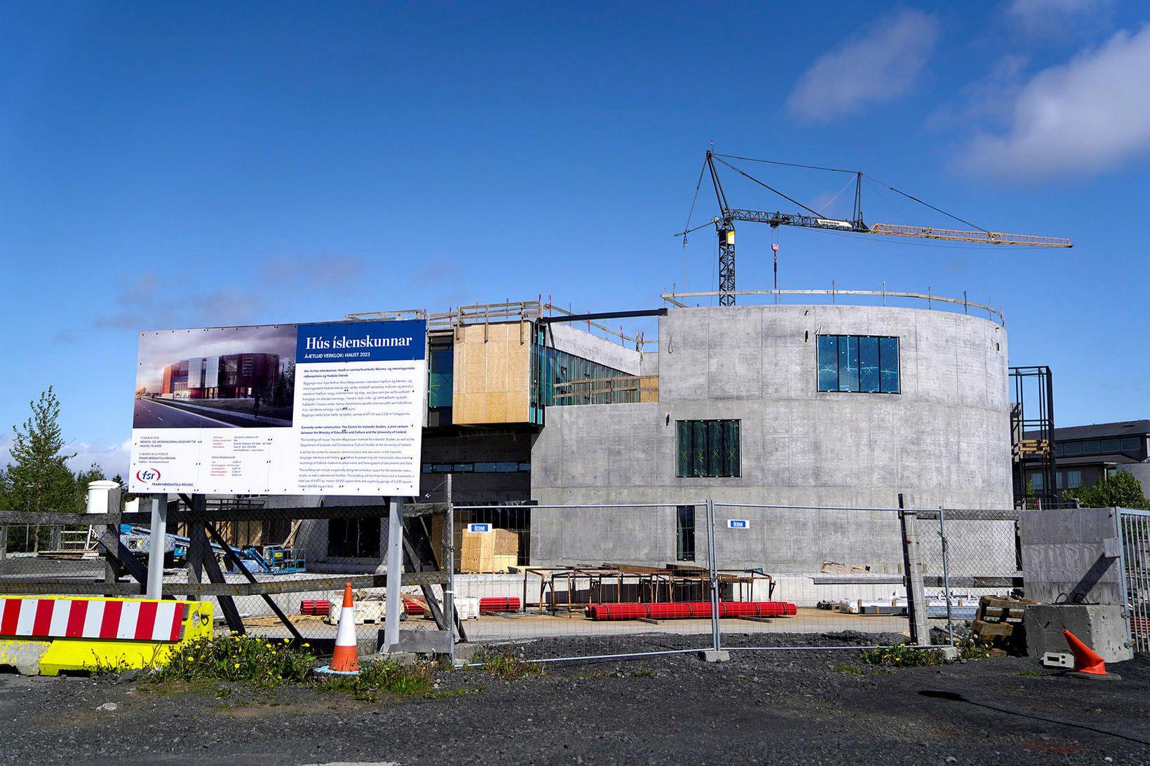 Hús íslenskunnar við Arngrímsgötu í Reykjavík er langt.