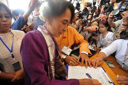 Aung San Suu Kyi skrifar undir embættiseiðinn í morgun
