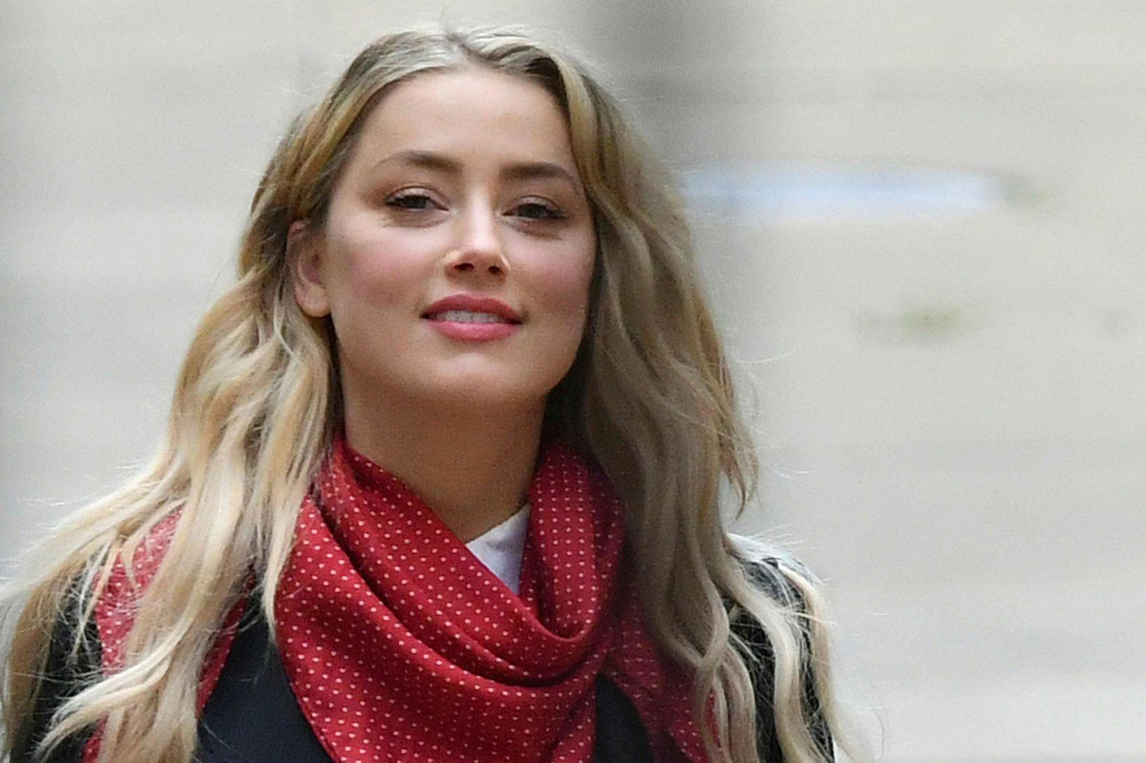 Amber Heard mætir í réttarsal á sjötta degi réttarhalda Depp …