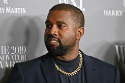 Jennifer Aniston sagði fylgjendum sínum að það væri ekki fyndið að kjósa Kanye West. West …