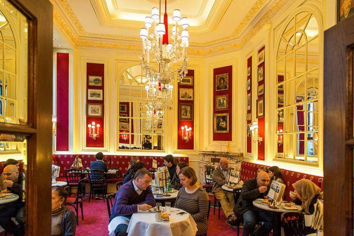 Glæsikaffihúsið Café Sacher í samnefndu hóteli sem er andspænis ríkisóperunni. Hér hefur mikið af frægu ...