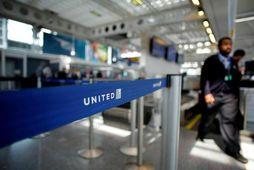 United Airlines ætlar nú að fara að greiða farþegum fyrir að láta sæti sitt í ...