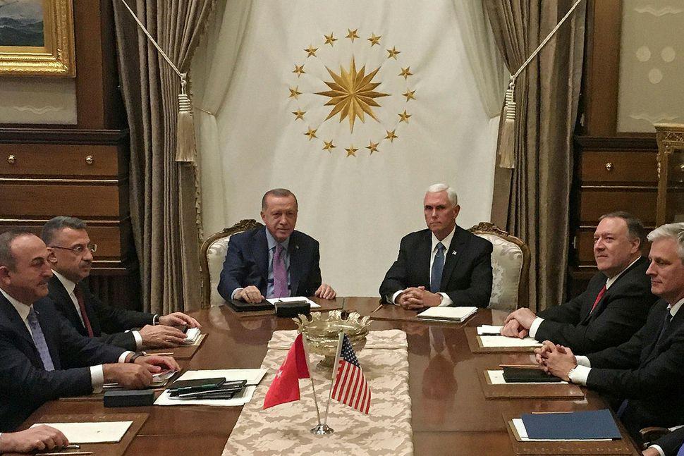 Recep Tayyip Erdogan, forseti Tyrklands og Mike Pence, varaforseti Bandaríkjanna ...