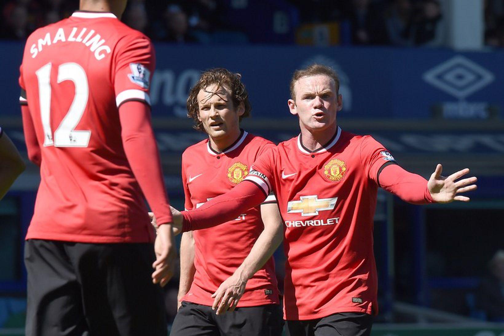 Wayne Rooney lætur Chris Smalling heyra það eftir að Everton …