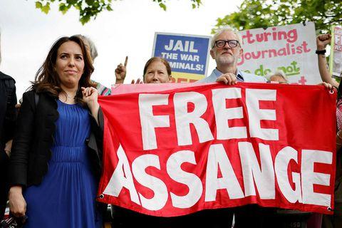 Stella Moris, lögfræðingur og unnusta Julian Assange, og Jeremy Corbyn, fyrrverandi leiðtogi Verkamannaflokksins, fyrir utan …