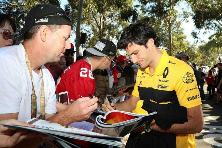Carlos Sainz hjá Renault (t.h.) sinnir unnendum formúlu-1 í Melbourne.