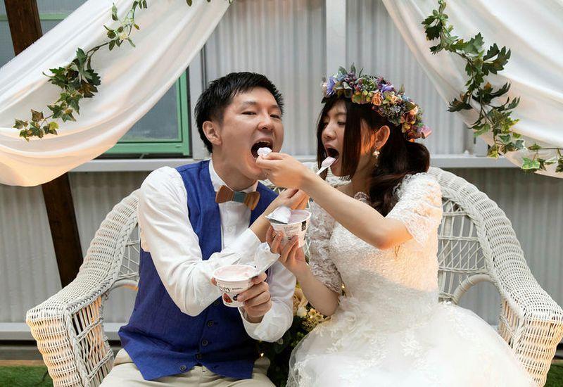 Nori and Asaki fed each other skyr at their Japan wedding.