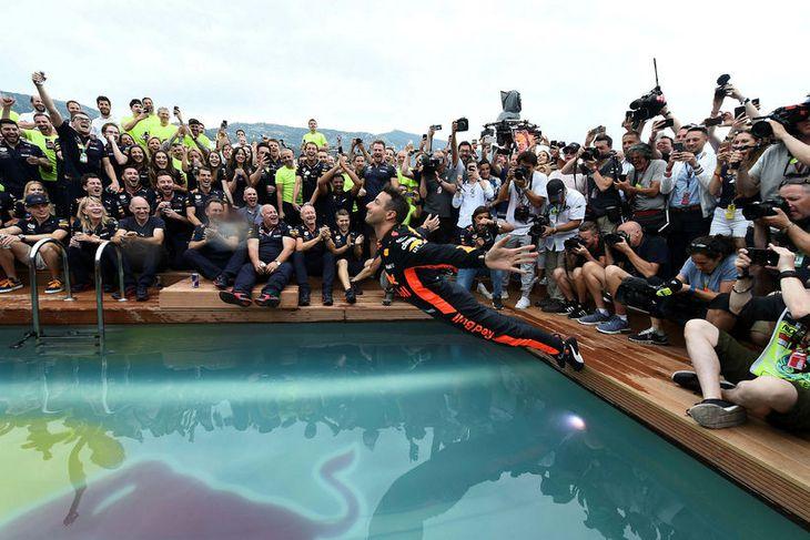 Daniel Ricciardo tekur dýfu eftir sigurinn í Mónakó.