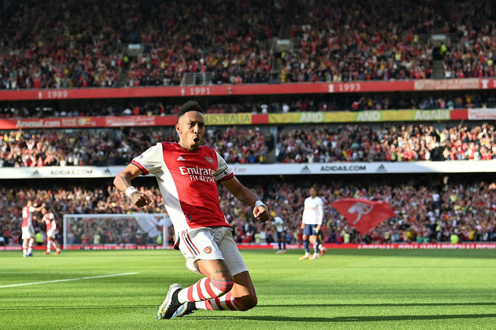 Pierre-Emerick Aubameyang fagnar öðru marki Arsenal á Emirates-vellinum í dag.