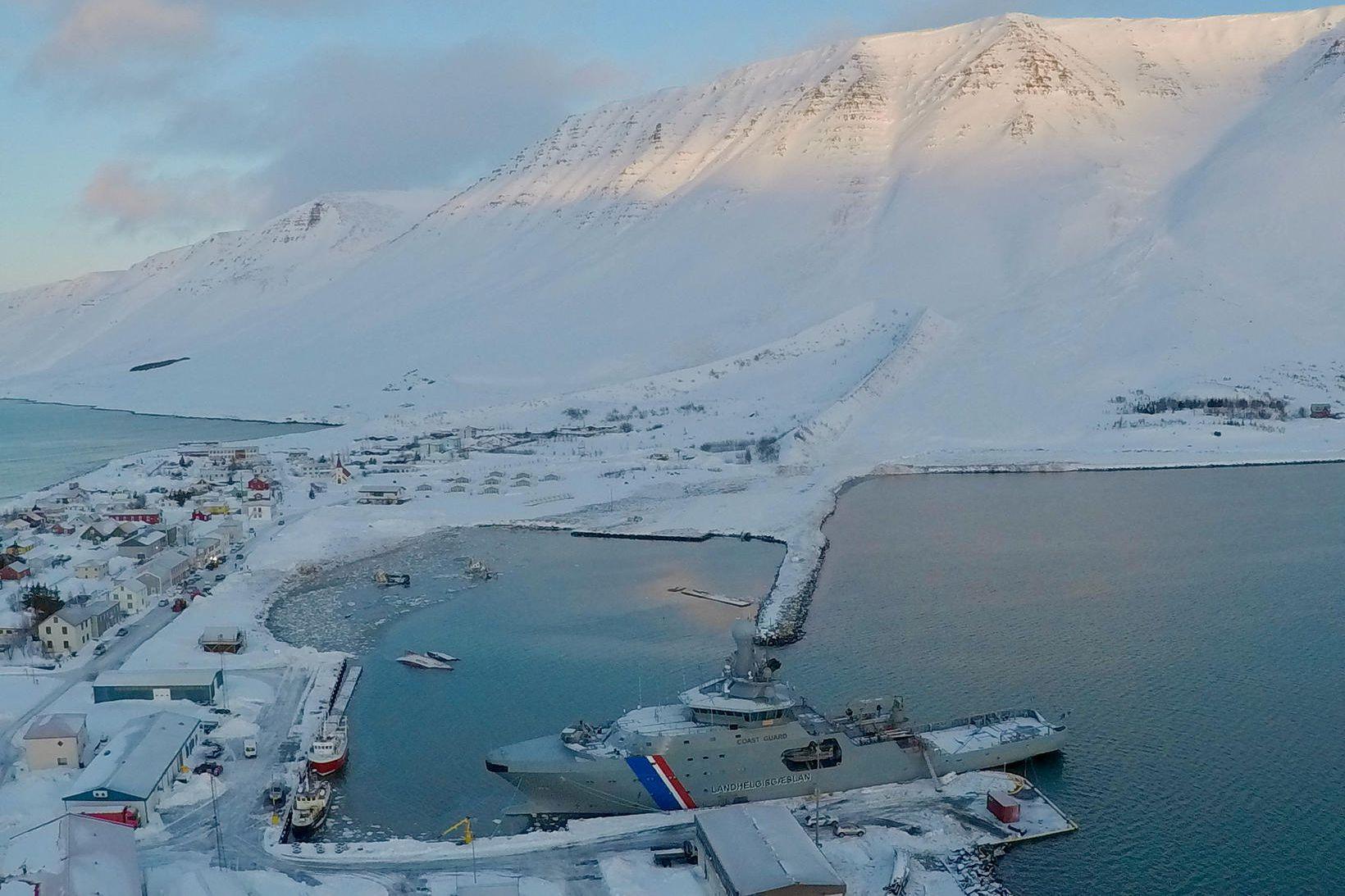 Flateyri eftir að snjóflóðin féllu þar fyrr í mánuðinum.