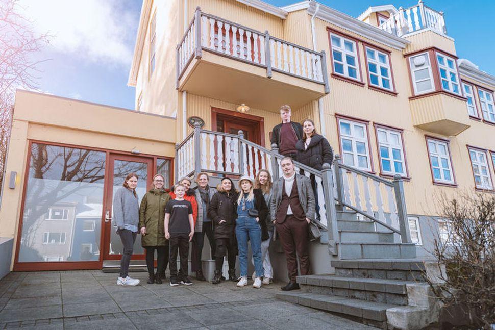 Hópur ungmenna fyrir framan húsnæði Bergsins við Suðurgötu 10. Þar ...