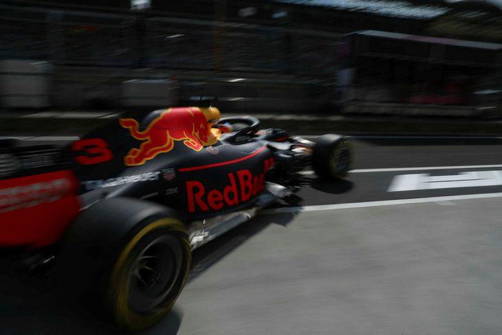 Daniel Ricciardo ekur út frá bílskúr Red Bull á seinni æfingunni í Búdapest í dag.