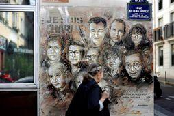 Málverk eftir Christian Guemy í París sýnir starfsmenn Charlie Hebdo sem myrtir voru í árás …