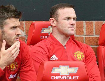 Wayne Rooney horfir á félaga sína hjá Manchester United gegn Leicester City á laugardaginn.
