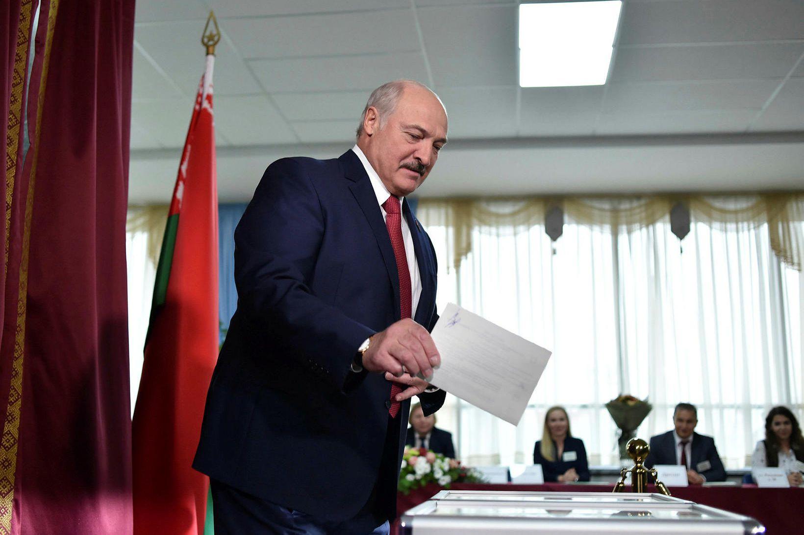 Alexander Lukashenko, forseti Hvíta-Rússlands, greiðir atkvæði sitt.