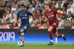 Emerson Palmieri og Jordan Henderson í leik Chelsea og Liverpool um Meistarabikar Evrópu í síðasta ...