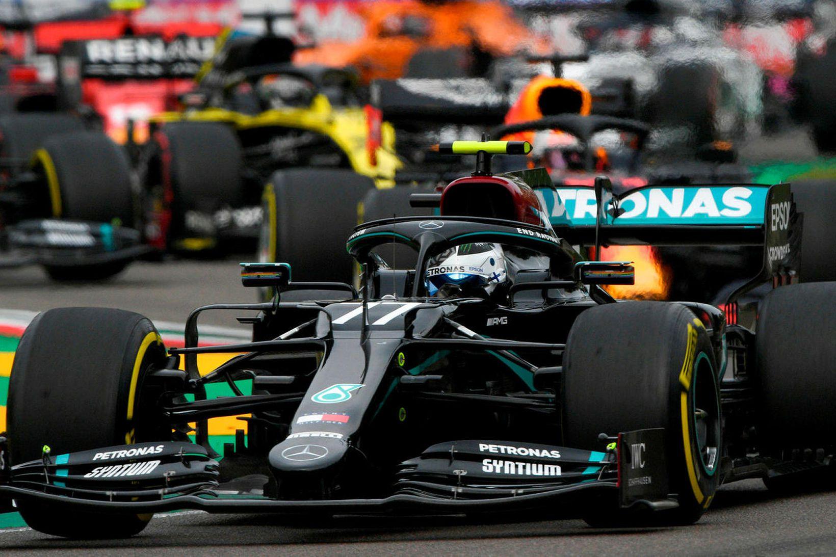 Valtteri Bottas á Mercedes fer hér fremstur skömmu eftir ræsinguna …