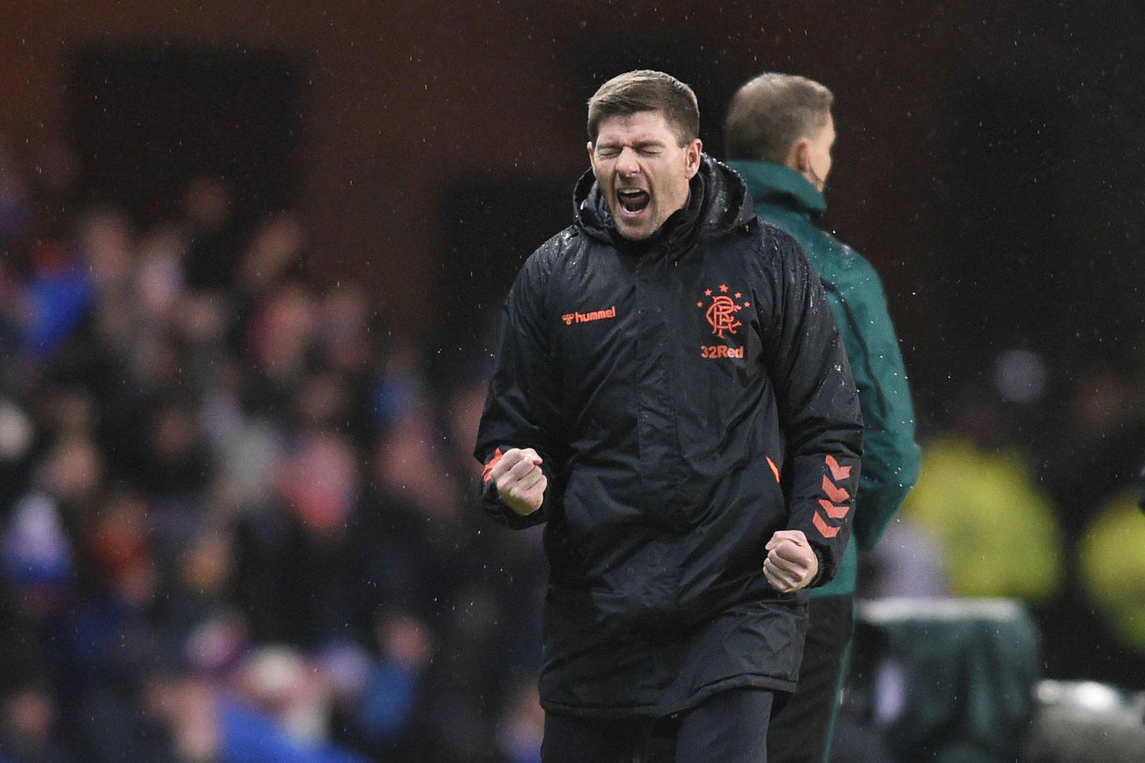 Steven Gerrard fagnar marki Rangers í 1:1 jafnteflisleik gegn Young …