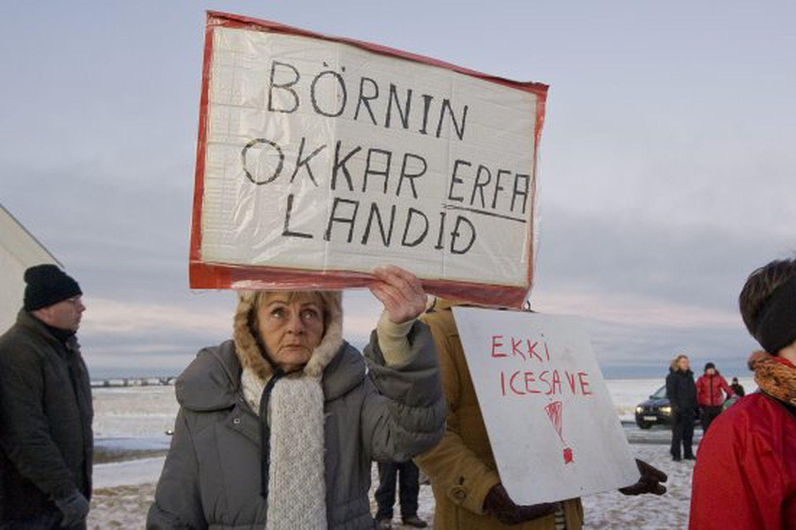 Icesave-samningum mótmælt við Bessastaði.