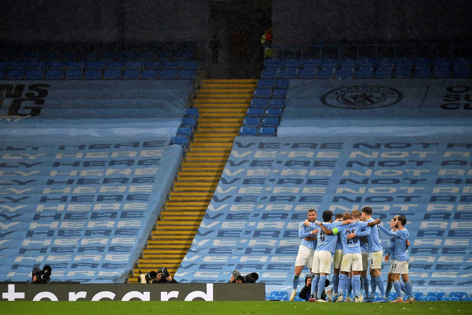 Leikmenn Manchester City fagna öðru marki Riyad Mahrez í kvöld.