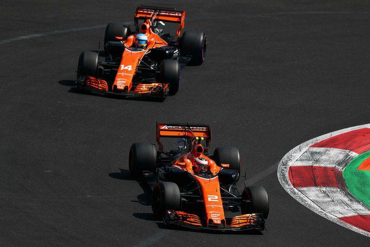 McLaren ökumennirnir Stoffel Vandoorne (nær) og Fernando Alonso á ferð í tímatöku kappakstursins í Mexíkóborg.