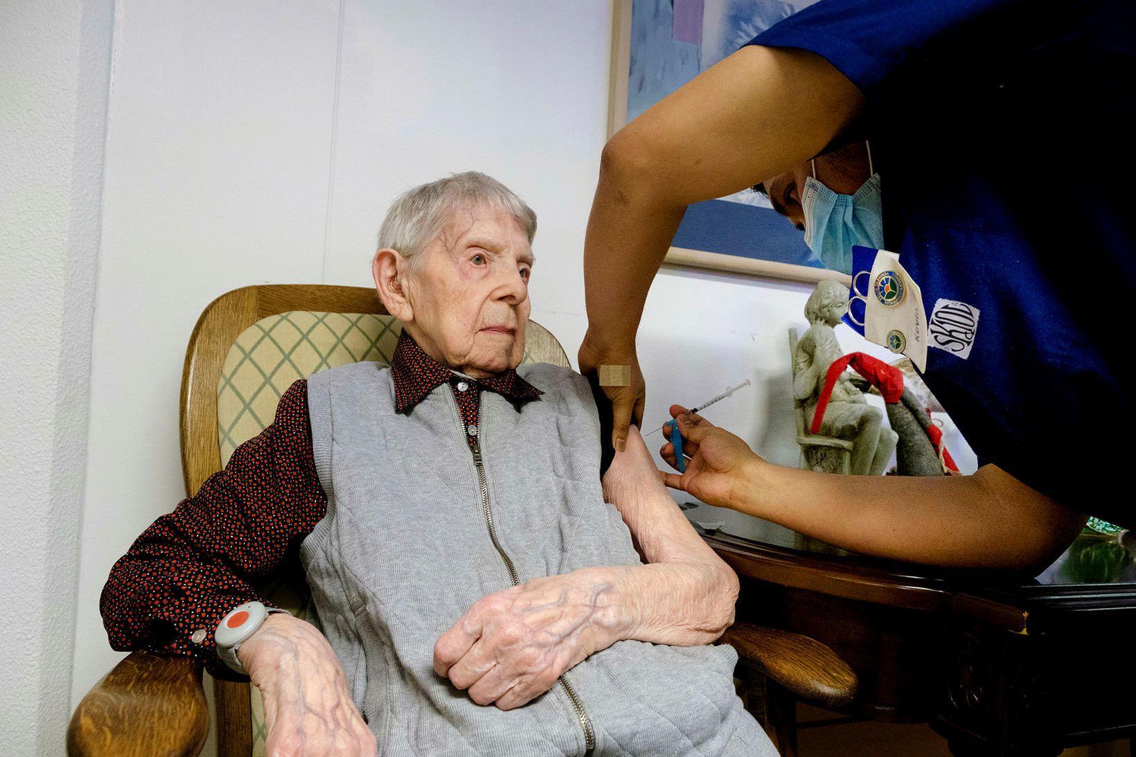 Dóra Ólafsdóttir, elsti núlifandi Íslendingurinn, 108 ára, var bólusett gegn …