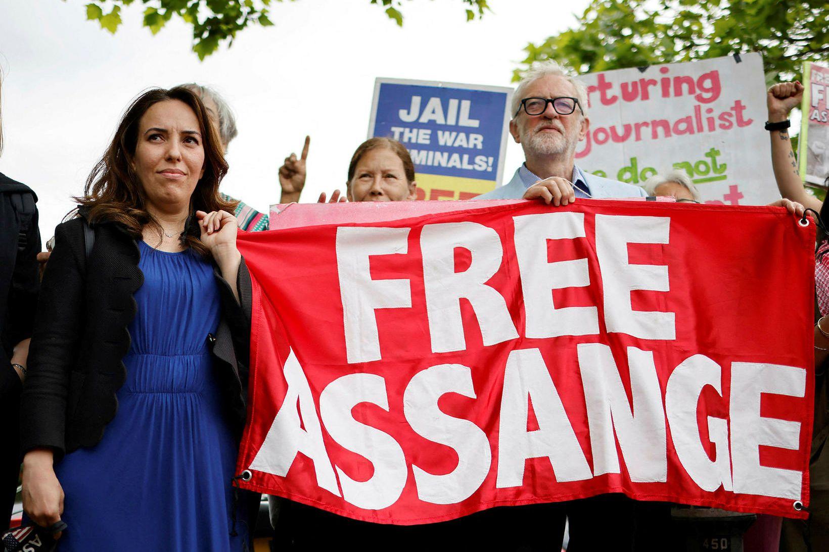 Stella Moris, lögfræðingur og unnusta Julian Assange, og Jeremy Corbyn, …