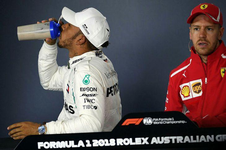 Lewis Hamilton slekkur þorstann á blaðamannafundi eftir kappaksturinn í Melbourne.