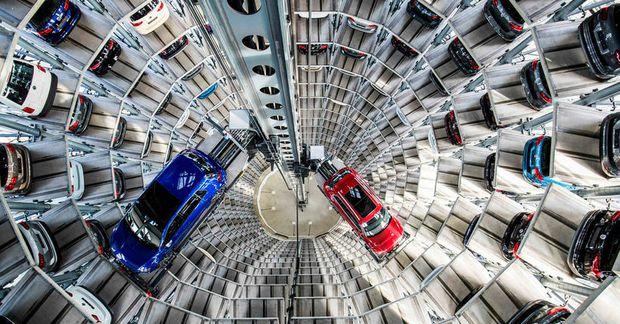 Bílum staflað í hillur í bílageymslu Volkswagen í Wolfsburg. Hópmál var höfðað gegn fyrirtækinu í …