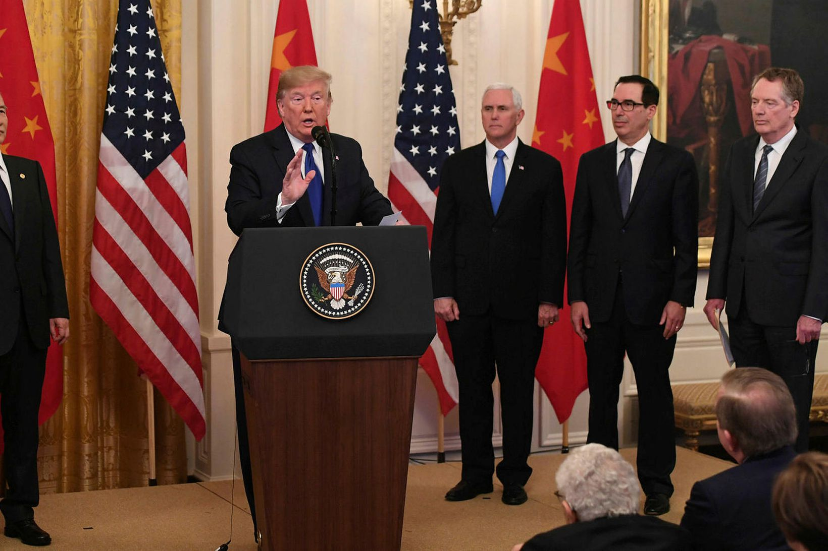 Donald Trump Bandaríkjaforseti við undirritun viðskiptasamningsins í dag ásamt Liu …